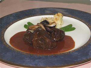 国産和牛のほほ肉を、じっくり煮込みました。