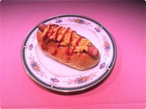 スタンダード洋朝食の自家製ホットドッグ 北海道産小麦『春よ恋』100%使用の、ふんわり・もっちり食感。 季節のサラダやヨーグルト、フルーツと共に。
