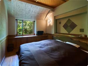 【特別室】もくれん・土の塗り壁のベッドルーム。