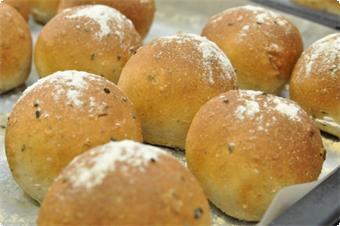 シェフ特製焼きたてパン!長年試行錯誤してたどり着いたシェフのこだわりパンです。全粒粉、ゴマなどと数種の高級国産粉を使って毎日焼き上げています。