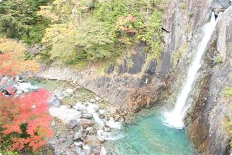 """道中には落差21メートルの""""高樽の滝""""があります。"""