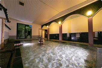 湯船の中から庭園を楽しめる大浴場です。 城門や武家屋敷の門を思わせる壁面に、 湯船中央には石灯籠が設置されており、 歴史情緒のあふれるデザインです。