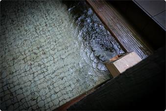 天然檜を贅沢に使用した大浴場です。 和風デザインの浴槽に、檜の香りが広がります。