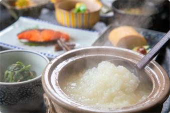 昔から胃腸に良いとされる。 自家源泉で炊いた当館自慢の湯壺粥。