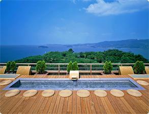 天空露天風呂・足湯《天音の湯》では三河湾の絶景を眺めながらの足湯をお楽しみ頂けます。