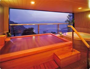 大浴場の露天風呂からは三河湾を明るく照らし始める美しい朝日の情景が。※写真は婦人露天風呂・温泉