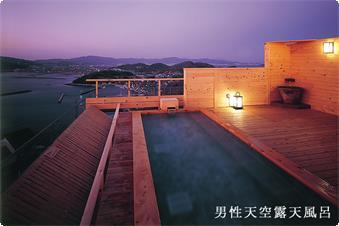 天空露天風呂《天音の湯》の露天風呂からは三河湾の美しい夕暮れの情景が。最高のシチュエーションでご入浴をお楽しみ頂けます。