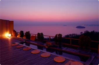 天空露天風呂《天音の湯》からは三河湾の幻想的な夕暮れの情景をご覧頂けます。※写真は足湯