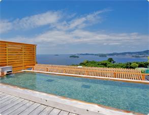 天空露天風呂・足湯《天音の湯》では三河湾の絶景を眺めながらのご入浴をお楽しみ頂けます。