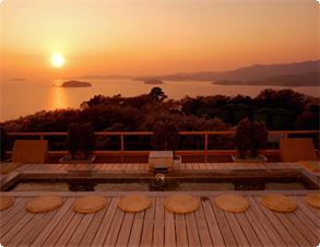 天空露天風呂《天音の湯》からは三河湾に沈む幻想的な夕日をご覧頂けます。※写真は足湯