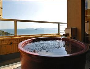【扇栄】広々とした露天風呂付特別室。グループ利用でユニバーサルルームと繋げられます。※一例
