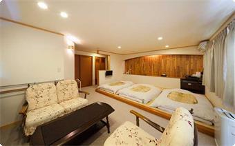 2~4名様用の禁煙室です。 8畳の畳スペースと6畳のソファスペースがあります
