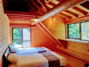 ベッドルーム(2部屋 各部屋ベッド2台) 敷き布団のご用意もございますので、一部屋4~5名までお泊りになれます。