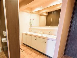 別館はお風呂トイレ別となります。 女性トイレには、大きな鏡と広い洗面台のレストルームをご用意いたしました。