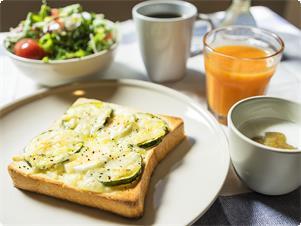 女性に優しい地元野菜を使った、ヘルシーな朝食 休前日、ハイシーズンのみのご提供となります 平日、飛び石連休の休前日は、素泊まりプランとなります 予めご了承くださいませ