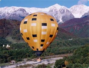気球白馬三山を背に