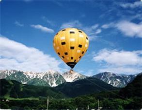 熱気球山と青空