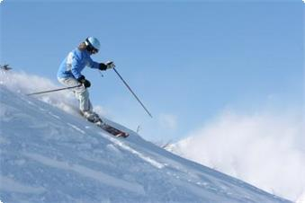 急斜面を滑るスキーヤー