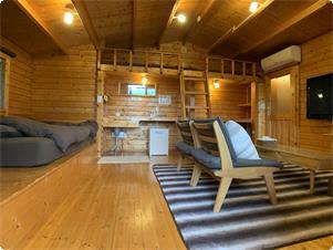 ファームビューキャビン室内写真 ナチュラルな明るいお部屋 小さなロフトのあるお部屋です。