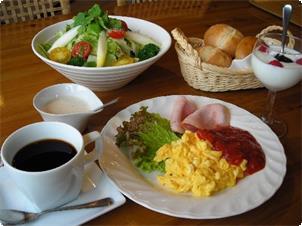 レストランでの朝食はパン食べ放題でお得♪  たっぷりのサラダとお客様が来てから焼き上げるアツアツたまご料理! お一人様 1200円