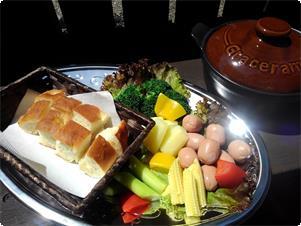 専用小鍋にチーズが入ったいますので専用スープを入れ バーベキューコンロに乗せて良く溶かして下さい。 軽井沢高原野菜とミニソーセージ・パンにチーズをタップリ付けて お楽しみください!  2~3名用 2800円