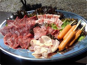 牛肉・豚肉・鶏肉・牛タン・ソーセージをセットに致しました。(焼肉のたれ付き)  3~4名用 3800円