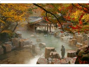 紅葉(10月下旬頃)の摩訶の湯(混浴100畳)