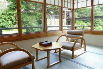 【本館角部屋 客室一例】(温水洗浄トイレ付)窓の外には清流・宝川が流れる。