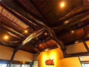 益田鈍翁 氏が小田原で茶室として使用しておりました、庵の号を「楽庵」と申します。 鎌倉時代の建物だったとの云われもございます。