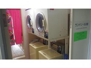 コインランドリー(洗濯・乾燥機がそれぞれ3台)をご利用ください。