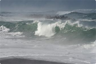 怒濤逆巻く日本海の荒波