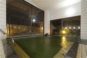 ・【男湯内湯・殿】茶褐色に染まる湯の色は天然の色です