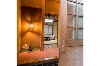 笠間焼きの素朴な調度品や温かい明かりに照らされる室内でごゆっくりとお寛ぎ下さい。