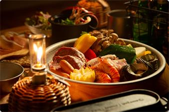 地産地消の徳島食材を、美味しくお召し上がり頂けるようにご提供いたします。BBQをはじめ、自分で調理し出来立てを食すのもグランピングディナーの楽しさです。 オーシャンビューの中、贅沢な食事時間をお過ごしいただけます。 ○前菜・スープ・メイン(バーベキュー)・パン・コーヒー・デザート etc