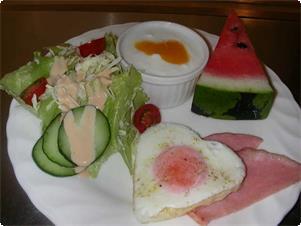 ある日の朝食です。このプレートに自家製パンとコーヒー・ジュースがつきます。