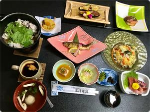 一品一品に手をかけている創作懐石料理。旬の食材と信州の山の食文化を楽しんで頂けます。