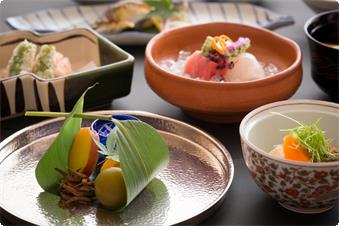 - Breakfast : every day during stay (Japanese cuisine) - Dinner : every day during stay (kaiseki (traditional multi-course Japanese cuisine)) *The photo is just an example.