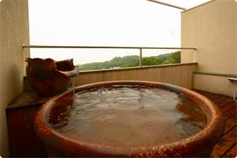 専用露天風呂(ダブルベット)には信楽焼きのお風呂もございます。