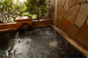 貸切風呂・・・うたせ湯付きの露天風呂は皆様が入れますように予約制をとっております。