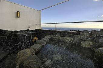 特別室(ダブルベット)は天然石の岩風呂になります。その向うは相模湾が絶景!