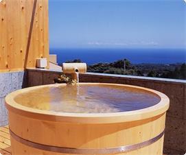 ツインの特別室には海が一望の檜の露天風呂・・・晴れた日には伊豆七島が絶景です。