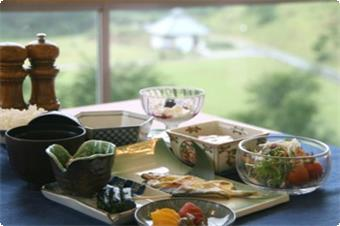 大自然を見渡しながらの朝食。 和食・バイキング(選択不可)