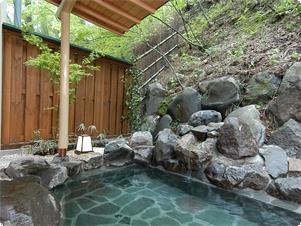東館B1 木々に囲まれた露天風呂「水天宮の湯まゆみ」 23時までは貸切タイム 翌朝は女性用露天風呂となります
