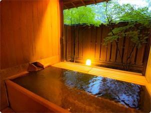 東館B1 抗菌作用のあるヒバ材を使ったゆったり浴槽が特徴 脱衣室の外には縁側があり湯上りタイムをすごすことができます。