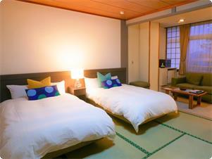 10畳の和室に、シモンズ社製のベッドが2台あるお部屋です。畳の部分に布団を1枚追加して、3名様でのご利用も可能です。(お一人様、カップルの他、ご家族や小さいお子様連れのお客様でも大丈夫です)  ◆3名様でご利用の場合には畳にお布団を敷かせていただきます。 ◆禁煙  ◆こちらのお部屋はバスなし、トイレ付となります。  ◆客室内設備 テレビ・電話・洗浄機付トイレ・金庫・冷蔵庫(何も入っておりません)電気湯沸しポット お茶セット・スリッパ・冷暖房(温度調整不可、風量調整可)・WiFi完備  ◆アメニティ タオル・バスタオル(交換不可)・浴衣・歯ブラシセット・髭剃り(浴場)・くし・ブラシ(浴場)・綿棒 石鹸・ボディソープ・シャンプー・リンス(浴場)