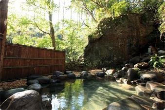 100トンを超える巨岩を見上げながら入る源泉かけ流し露天風呂「薬王の湯」