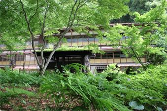 大正時代から栃尾又温泉を見守る「大正棟」、栃尾又のシンボルです