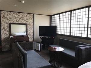 バリの家具を配した、アジアン調のおしゃれなお部屋です。