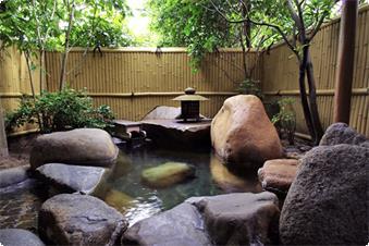 岩露天風呂付き特別室の専用岩露天風呂。気の向くままに好きな時間に何度でも湯あみをお楽しみ頂けます。