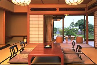日本庭園と宍道湖、両方の景色が素晴らしい離れ客室。日本庭園には、客室から直接お出かけ頂けます。